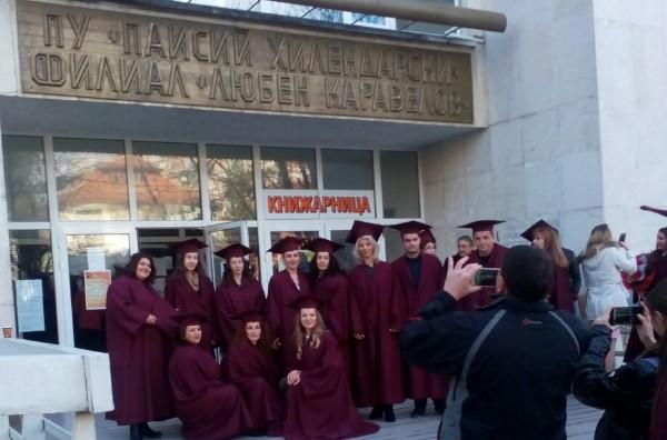 """147 абсолвенти от филиал """"Любен Каравелов"""" получиха дипломите си на тържествена церемония"""