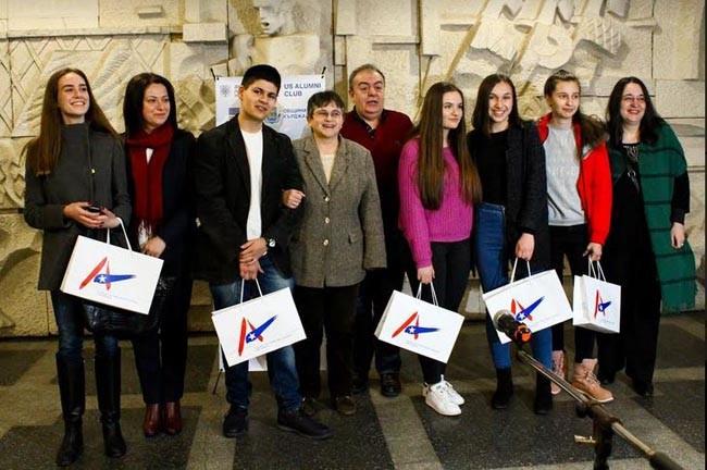 Наградиха победителите от вторият ученически конкурс за превод