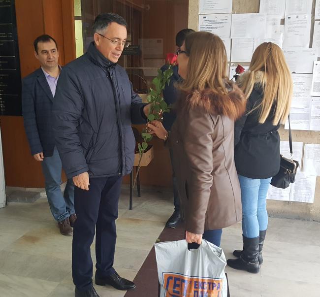 Кметският екип подари над 120 рози за 8 март