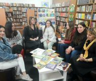 """Млади ротарианци дариха Регионалната библиотека """"Н. Вапцаров"""" с луксозни книги с приказки"""